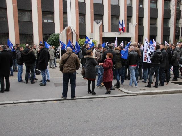 120 policiers réunis devant l'Hôtel de Police de Lyon