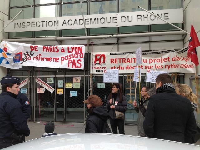 Rythmes scolaires : rassemblements devant les mairies de Lyon et Villeurbanne
