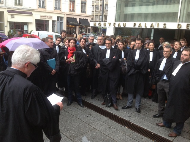 Une cinquantaine d'avocats rassemblés devant le palais de justice de Lyon