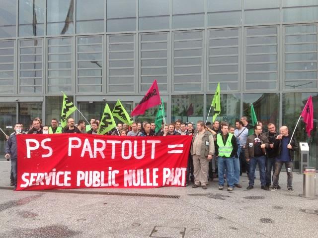 Une cinquantaine de cheminots manifestent devant le Conseil Régional