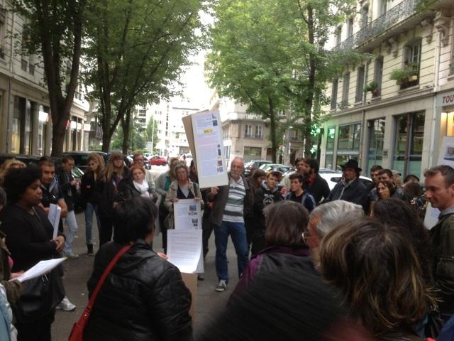 Une cinquantaine de personnes manifeste pour soutenir les Roms