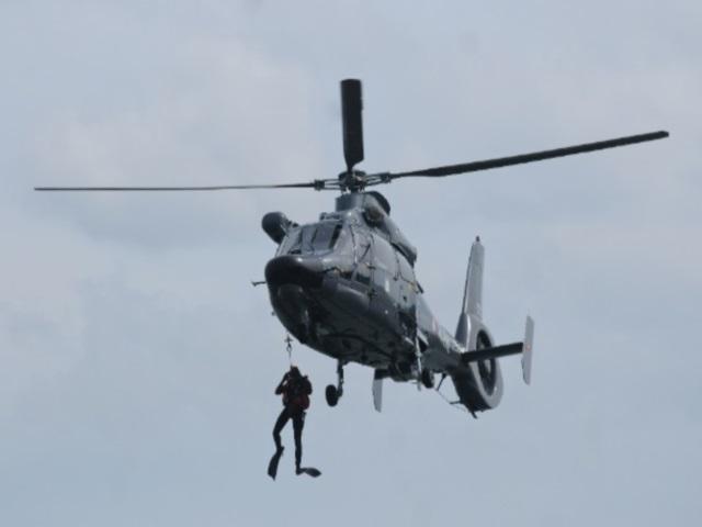 L'hélicoptère Dauphin de la Marine au dessus du quartier de Confluence - LyonMag