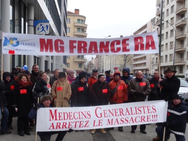 Projet de loi santé : une soixantaine de médecins manifestent