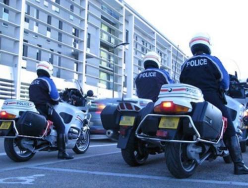 Des motards de la police patrouillent la nuit