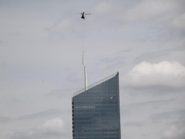 Lyon : le mât de la tour Incity officiellement posé