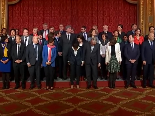 Quand Najat Vallaud-Belkacem cherche sa place sur la photo du gouvernement...