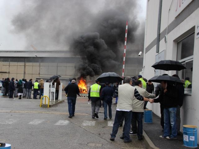 Lyon : les salariés de Nexans manifestent devant leur usine