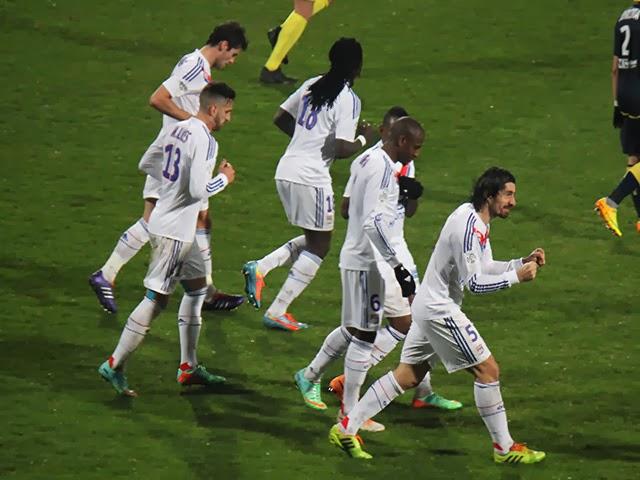 Vainqueur à Valenciennes, l'OL s'accroche pour l'Europe