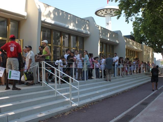 Baigneurs et manifestants au rendez vous pour l ouverture for Piscine du rhone restaurant