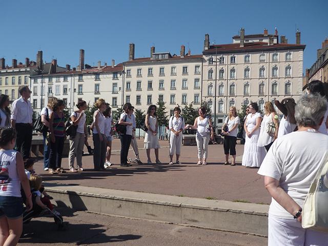 Institutrice tuée à Albi : une quarantaine de personnes réunies à Lyon pour une marche blanche