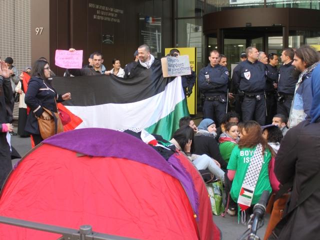 Des militants pro-palestiniens envahissent la Préfecture du Rhône