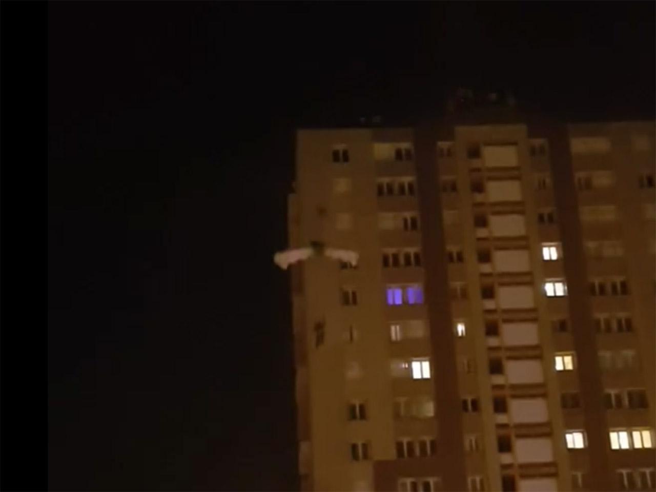 croix rousse il saute du toit d un immeuble en parapente. Black Bedroom Furniture Sets. Home Design Ideas