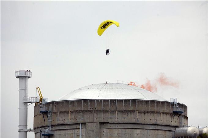 Survol de la centrale du Bugey : deux militants de Greenpeace devant la justice
