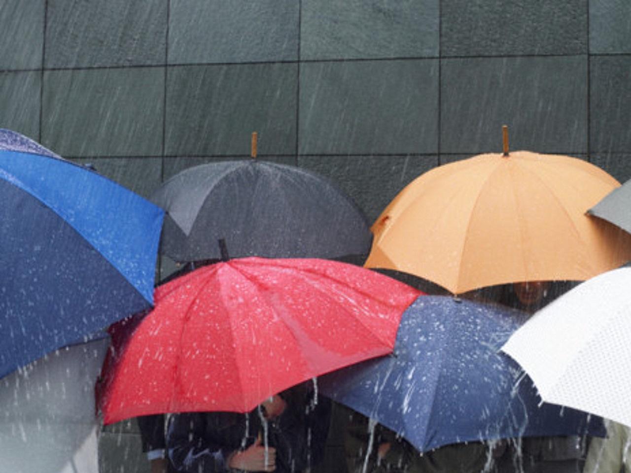 le directeur de m t o france accueilli avec des parapluies trou s bron. Black Bedroom Furniture Sets. Home Design Ideas