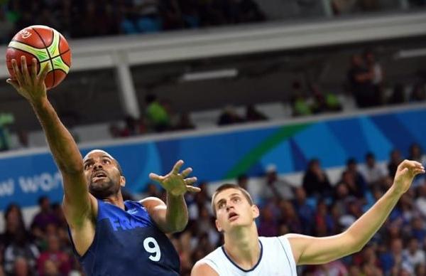 JO : les Bleus s'imposent dans un mouchoir de poche face à la Serbie (76-75)