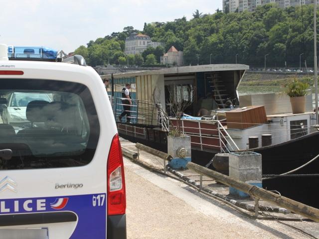 Police et pompiers : une armada de véhicules débarque à la Confluence pour un petit feu de péniche