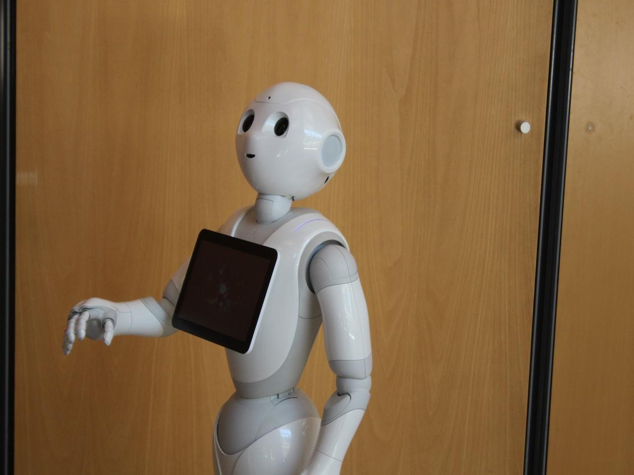 Le robot japonais Pepper est tourné vers le public car il est capable de lire les expressions faciales des personnes et adapte ses réponses en fonction de l'humeur de son interlocuteur - LyonMag