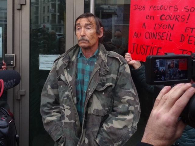 Une cinquantaine de personnes pour soutenir Philippe Layat au commissariat de Bron