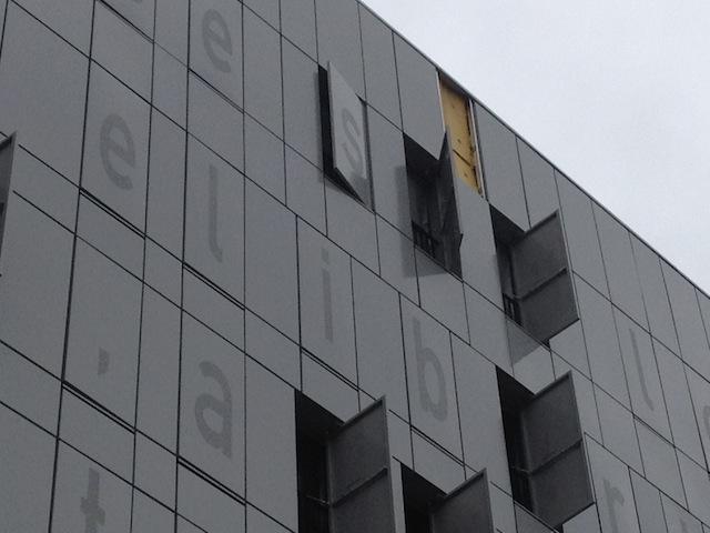 Elément de coffrage, sans prise au vent, le détachement de la plaque du Monolithe pose question sur la qualité du bâtiment - LyonMag