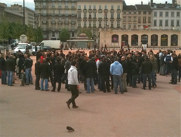 La centaine de manifestants jeudi place Bellecour à Lyon - LyonMag