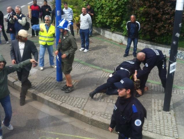 Ambiance surréaliste au rond-point de l'avenue Jean-Jaurès, entre intervention des forces de police et blocage du bus - LyonMag