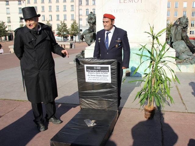 """Grand Stade : les opposants ont posé la """"pierre tombale"""" de l'OL"""