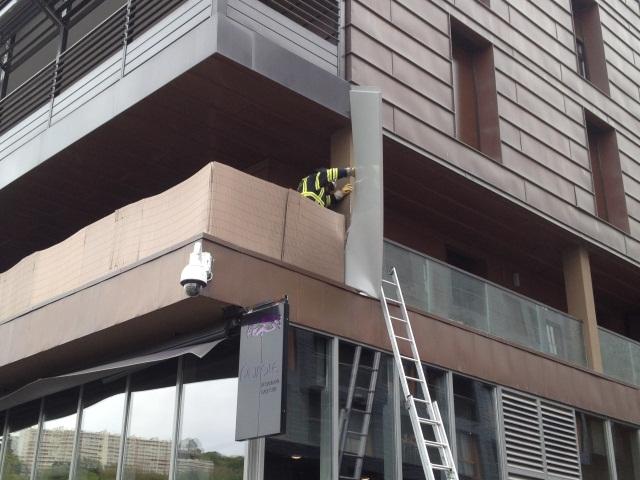 La plaque de coffrage du Monolithe, arrachée par les vents violents, est venu se ficher dans le balcon de l'immeuble voisin - LyonMag