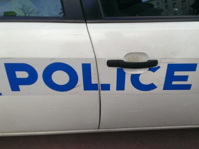 Les policiers découvrent un fusil de chasse dans le coffre