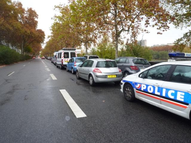 Bron : il coupe la route aux policiers avec une barrière métallique
