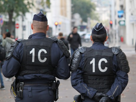 """Débarqué de force d'un avion à Lyon, il menace les policiers de """"coups de kalach"""""""