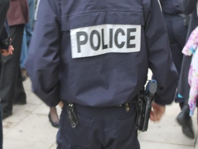 Il vole un restaurant, tente de prendre la fuite et roule sur le pied d'un policier