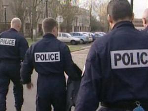 Deux voleurs  transportant un téléviseur croisent la police