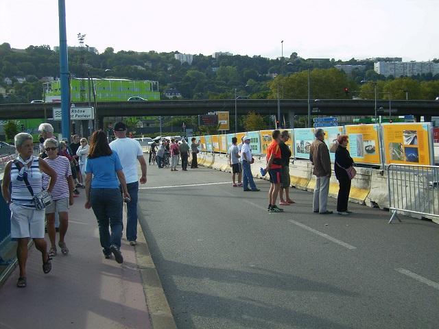 Les passants attendent de voir arriver le pont - LyonMag.com