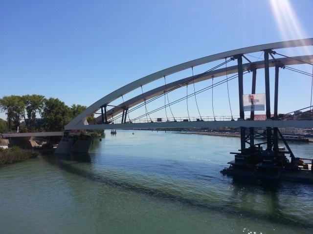Pont Raymond-Barre : la pose est en cours devant des centaines de Lyonnais - VIDEO
