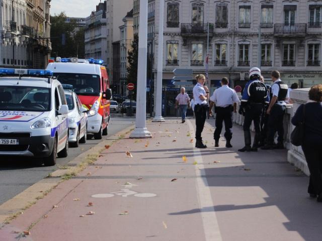 Lyon : un policier retient de justesse un homme qui se jetait d'un pont