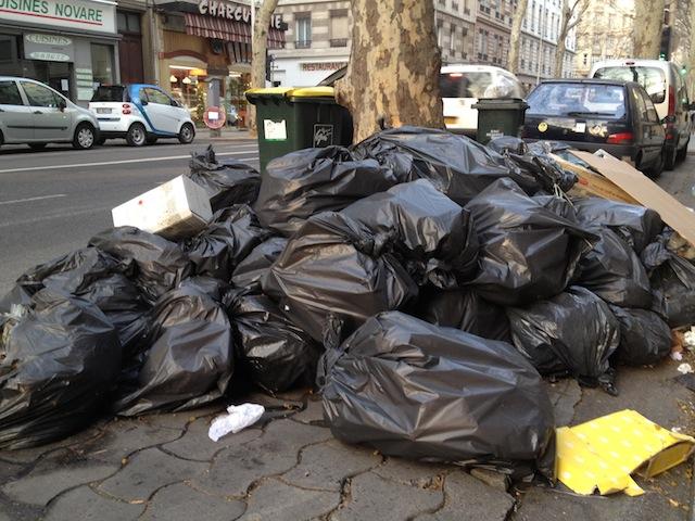 Les poubelles toujours à terre après la grève des éboueurs du Grand Lyon