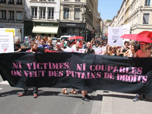 """Une centaine de prostituées manifestent à Lyon pour """"des putains de droits"""""""