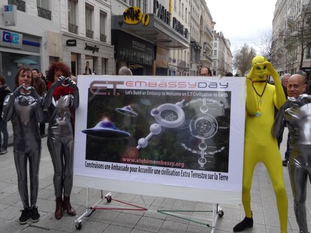 Lyon : les Raëliens font la promotion de leur projet d'ambassade pour aliens