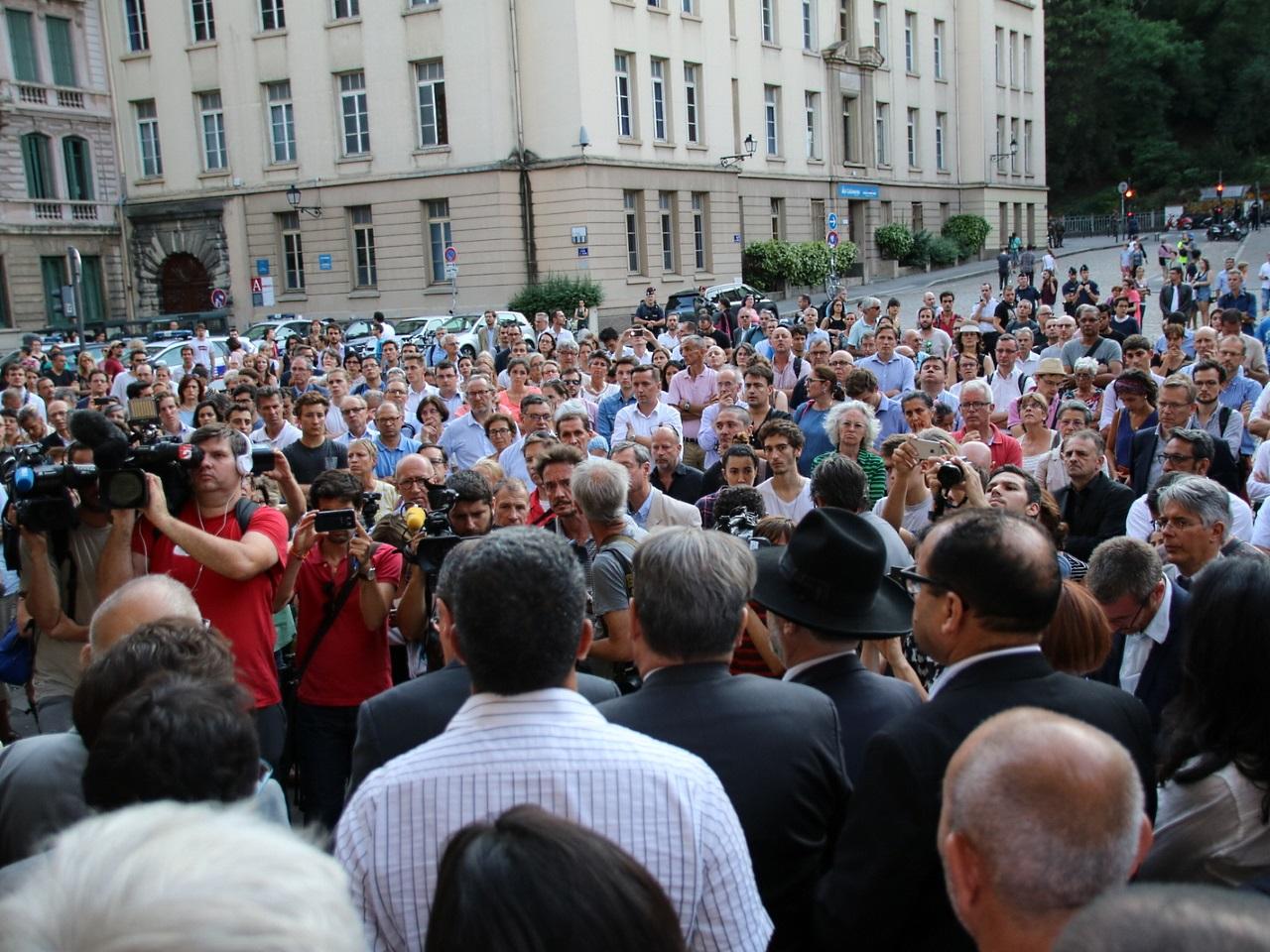 Environ 300 personnes sur la place devant la cathédrale Saint-Jean - LyonMag