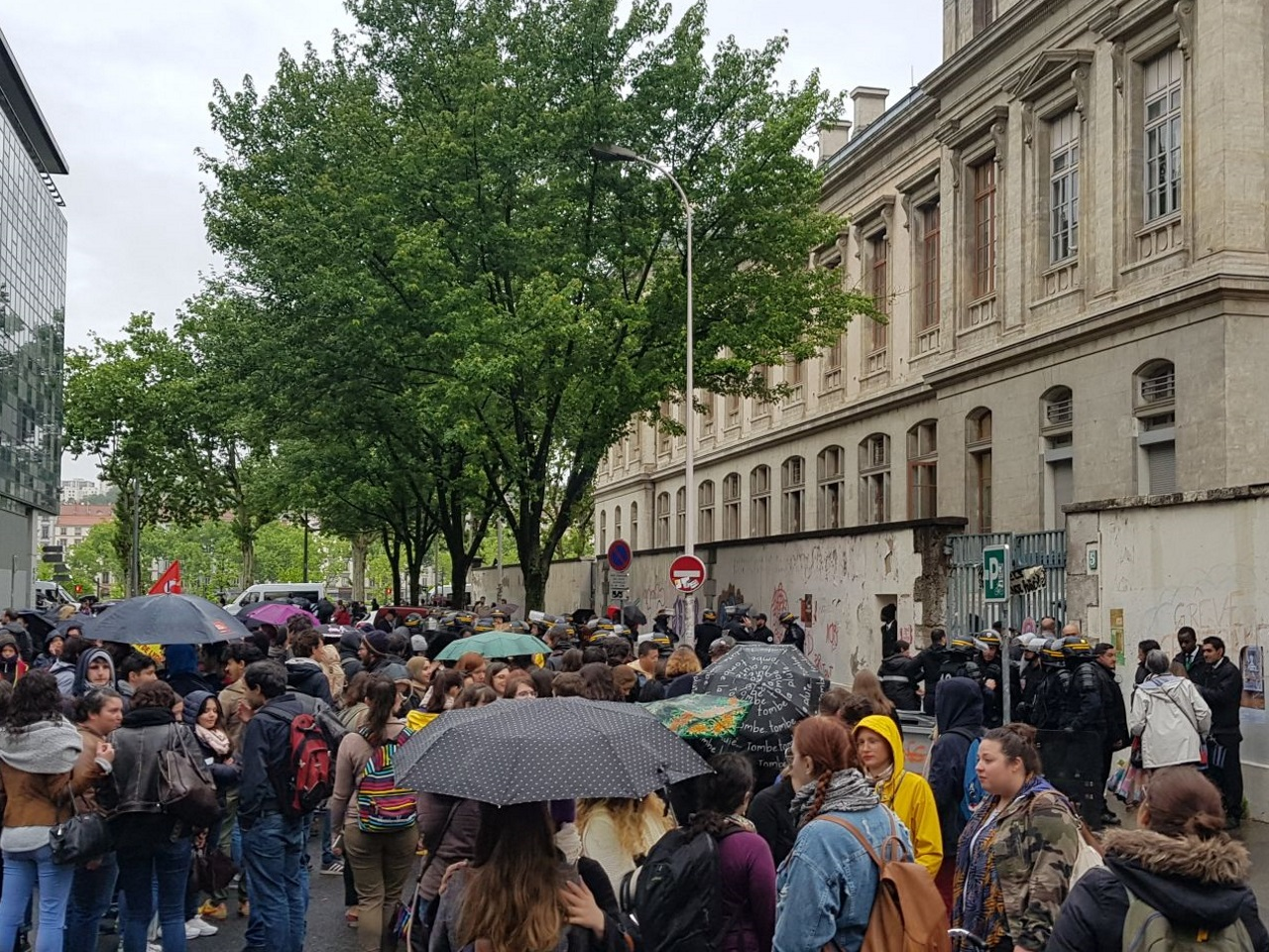 Des étudiants bloquent le début des examens — Université de Lyon