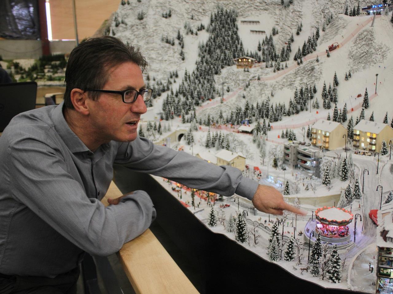 Richard Richarté devant son village de neige miniature - LyonMag
