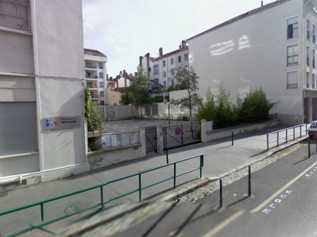 Lyon : des tirs de balles en caoutchoucs échangés devant une école