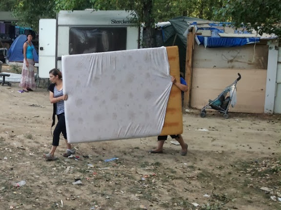 Des Roms lors de la dernière évacuation de camp en date, à Saint-Fons - LyonMag