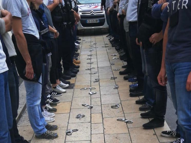 Les policiers déposent leurs menottes devant des commissariats de Lyon