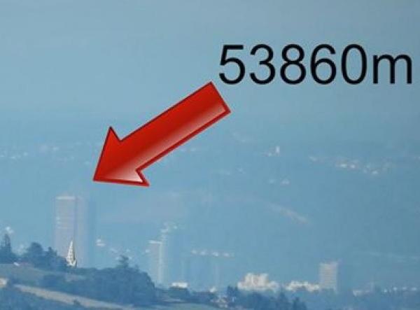 Il opère un méga zoom et nous fait voir la Part-Dieu du Guizay - VIDEO