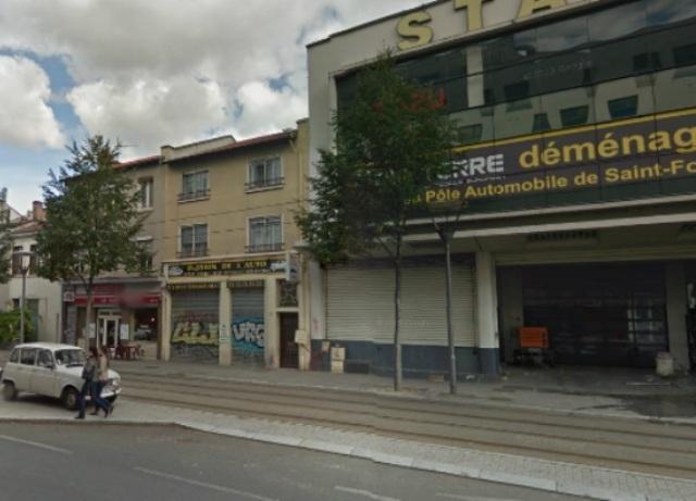 Lyon : le T2 percute une voiture de gendarmerie qui transportait un détenu
