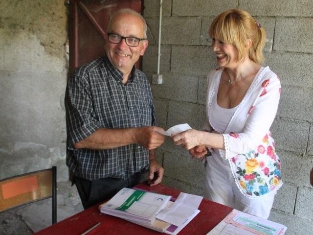 La chanteuse Stone est venue chercher la vache à Dommartin - LyonMag.com