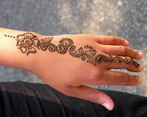 Attention aux tatouages au henné noir !