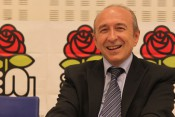 Gérard Collomb devant la rose du Parti Socialiste - Photo Lyonmag.com