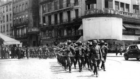 Les troupes allemandes paradent sur la Rue de la République - DR Le Progrès